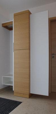 Ist die Schiebetüre geöffnet, zeigt sich der Garderobenbereich