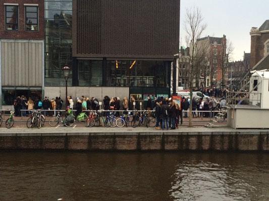 Vorm Anne-Frank-Haus immer: Schlange.