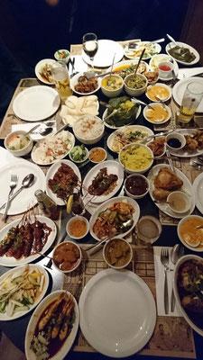 Nochmal groß essen gehen: Bitte 3x die große Reistafel (=42 Gerichte)!