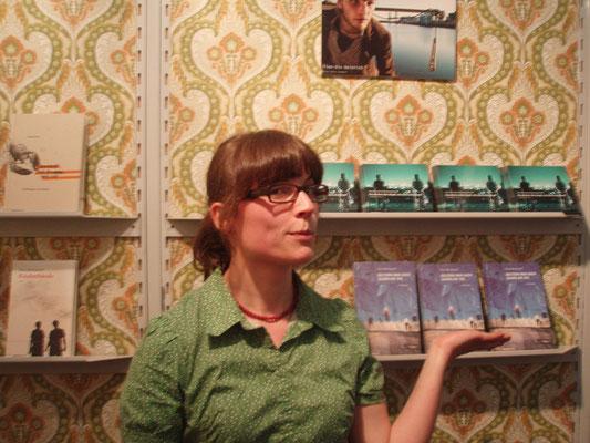 Marijke Schwarz (Lektorat bei mairisch von 2010-2014) am mairisch Stand, Buchmesse Frankfurt 2010