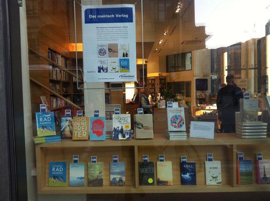 Buchhandlung Boysen + Mauke mit einem eigenen Schaufenster mit mairisch-Titeln, 2014