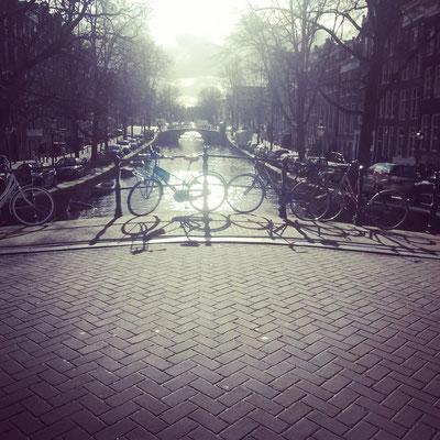 Na klar, mal wieder Fahrräder und Grachten. Jetzt aber neu: Mit Sonne!