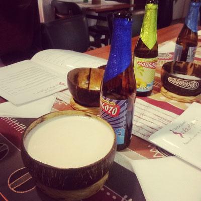 Im afrikanischen Restaurant Kokosbier getrunken