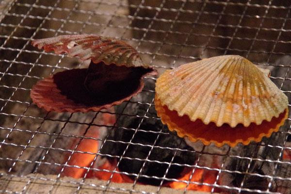 ヒオウギ貝のグリエ 自慢の囲炉裏で