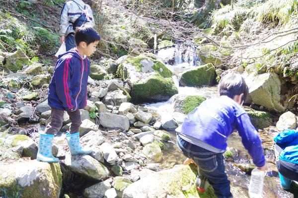 体験オプション:休憩中に渓流で遊ぶ