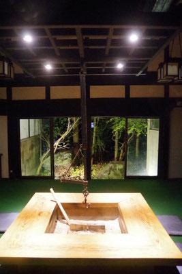 囲炉裏ダイニング:中庭でライトアップされたワサビ