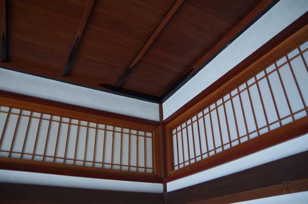 客室 天井には漆が使われている