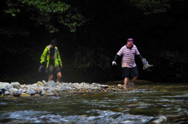 ワサビ田へのアクセス/橋の無い川を渡る