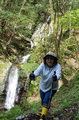 ワサビ田へのアクセス/滝の前で