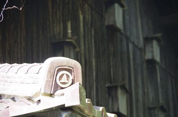 外観4:瓦には家紋ではなく市町村章の意匠 旧匹見町時代の名残