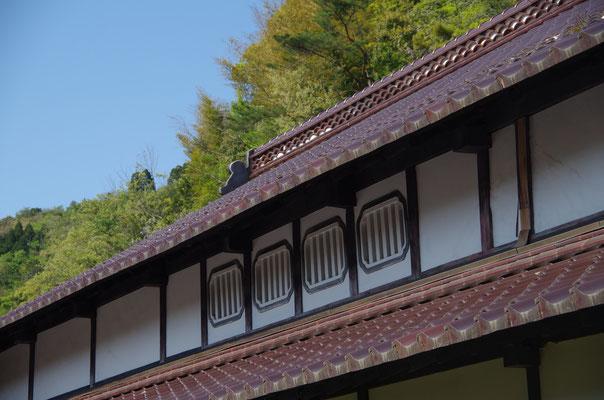 外観2:屋根裏への通気口 かつては養蚕に使われていました