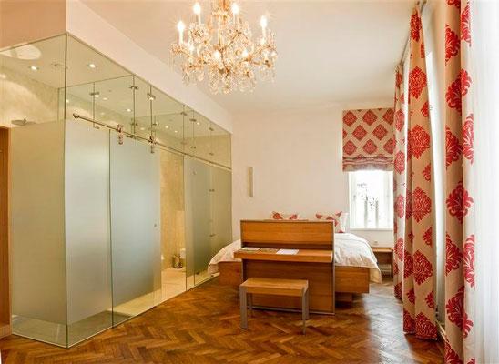 Unser Zimmer drei mit moderner Glaskonstruktion © Kastner new media