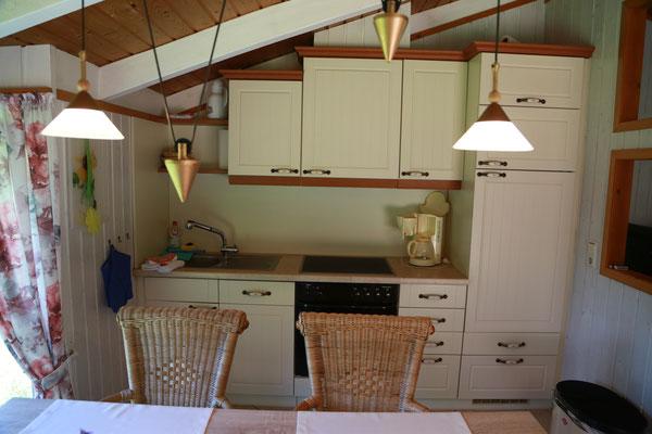 Eine schöne Landhausküche mit sehr guter Ausstattung: Geschirrspüler, Elektroherd mit Ceranfeld & mehr...
