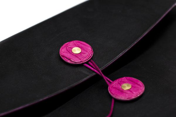 Hier ist der Aktenverschluss zusätzlich in pinken Croco Leder veredelt worden und ist nach Absprache zusätzlich erhältlich