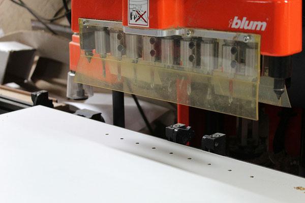 Denis Robert est équipé d'une machine Blum pour le perçage du bois