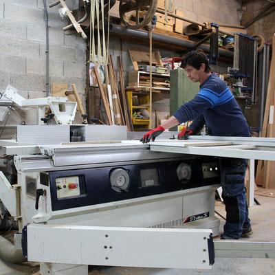 Denis Robert, artisan menuisier, coupe du bois dans son atelier