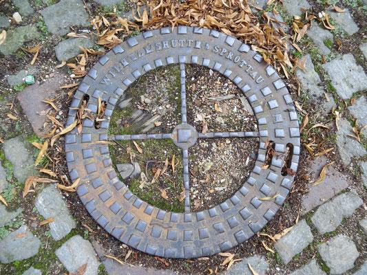 In Paczków´s Straßen: Noch Kanalabdeckung mit deutscher Inschrift. Foto: Manfred Kaschel 2013