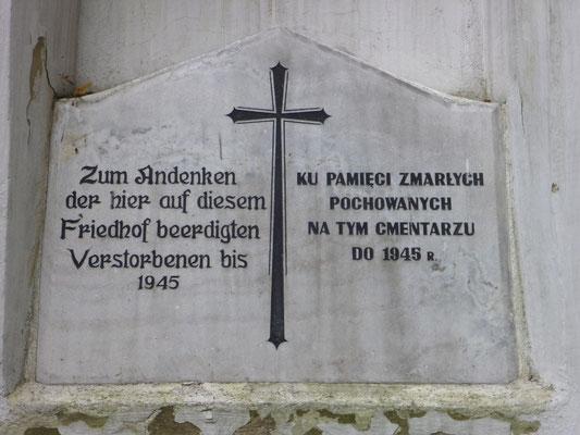 Gedenktafel an der Kapellenruine auf dem alten Friedhof, Foto: Rudolf Lux 2012