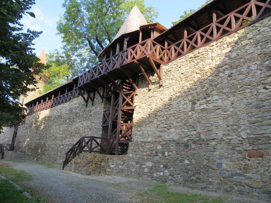 Stadtmauer mit neuem Wehrgang am Neisser Tor, Foto: Rudolf Lux 2015