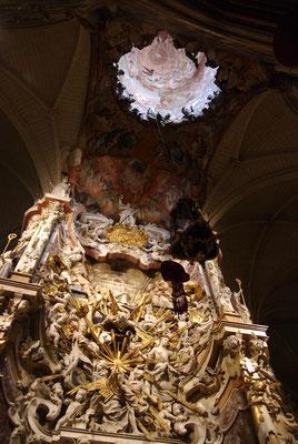l'ouverture dans le plafond laissant passer la lumière.