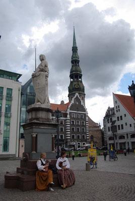 La statue de Roland et l'église Saint Pierre