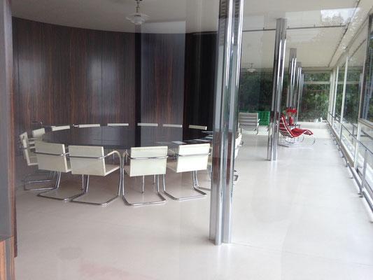 Salle à manger, avec au fond le salon, et ensuite le bureau