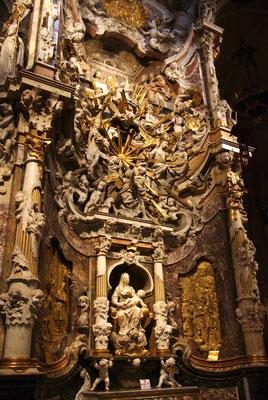 Une partie du tabernacle avec la vierge et l'enfant
