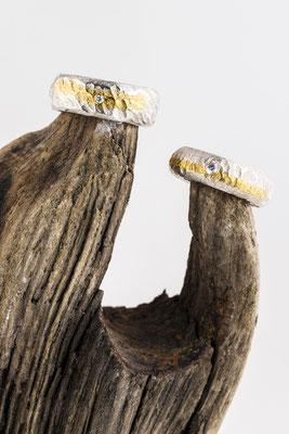 Ringe gefertigt aus Feingold/Silber freiformgeschmiedet und mit Brillianten versehen
