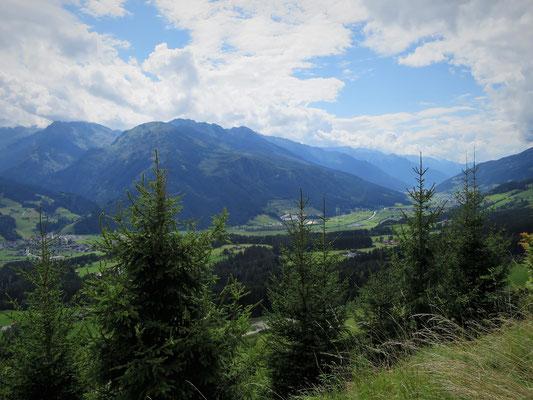 Blick auf das Pinzgau und die Fels- und Eisgipfel der Hohen Tauern
