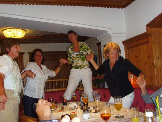 (Dolomiten - 2011) ...können am Abend auch gemeinsam ausgelassen feiern...