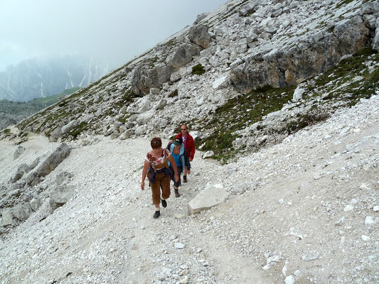 (Walchensee - 2011) ... ziehen sich auch manchmal die Wanderschuhe an. Wobei zu solchen Events auch regelmäßig eine Alternativveranstaltung angeboten wird...