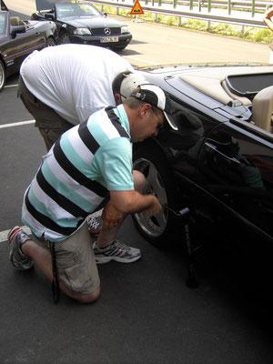 (Dolomiten - 2010) ... wissen sich auch bei einer Panne zu helfen und können in jedem Fall mit der Unterstützung ihrer Mitfahrer rechnen...