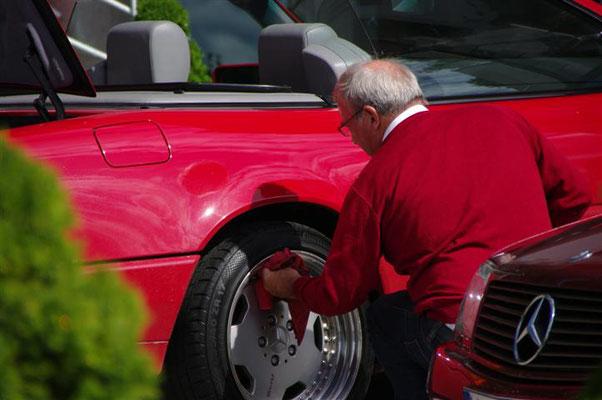 """(Dolomiten - 2011) ...haben im Regelfall schon ein besonderes Verhältnis zu ihrem Auto. Ruhepausen werden auch gerne einmal zur schnellen Pflege des """"Schätzchens"""" genutzt..."""