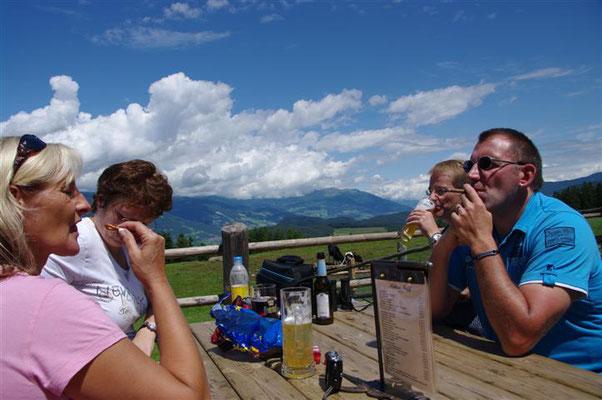 """(Dolomiten - 2011) ...entspannen sich gerne nach einer """"moderaten Wanderung"""" in der wunderschönen und beeindruckenden Natur."""