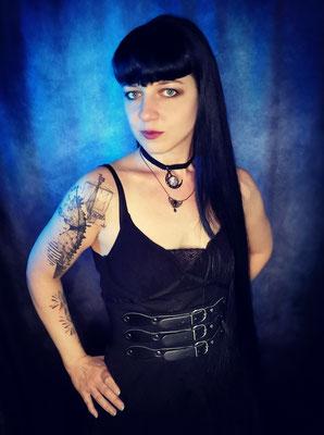 Trad Goth und NuGoth Girl mit Mondchoker, Model: Maarianiedziela, Foto/Edit: Ishisu_y, Claudia die Designerin von Bloody Brilliants
