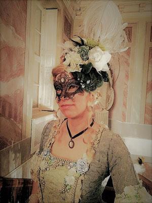 Barock Kleid mit Haarschmuck, Maske und Choker von Bloody Brilliants