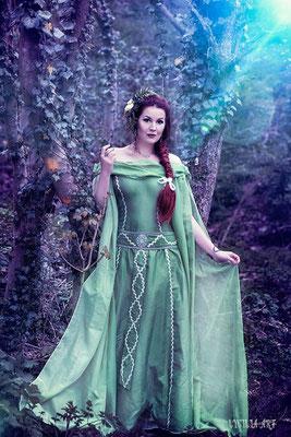MADmoiselle Meli als zarte Elfe in grünem Kleid mit Blumenhaarschmuck, Foto Lycilia-Art
