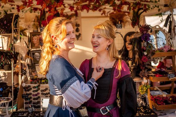 Foto/Edit: C.N. Foto Model/Styling: LillyFee Cosplay und Vanadis Schmuck: Bloody Brilliants Schmucksets aus Anhängern und Ohrringen in Lila und blau