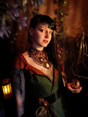 Mittelalter Gewandung mit Steampunk Collier, Model: Maarianiedziela, Foto/Edit: Ishisu_y, Claudia die Designerin von Bloody Brilliants
