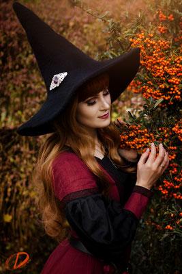 Herbsthexe im Sanddorn Foto/Edit: Christin Dolejs Model/Styling: Lillyfee Cosplay Schmuck: Bloody Brilliants Haarspange Victorian silber