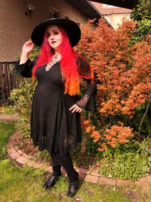 Gothic Witch im Herbst mit Claudia der Designerin von Bloody Brilliants mit schwarz rotem Mondanhänger