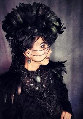 Gothic Festival Outfit mit Headpiece, Collier und Epauletten in schwarz, Model: Nebula Berlin, Foto/Edit: Ishisu_y, Claudia die Designerin von Bloody Brilliants