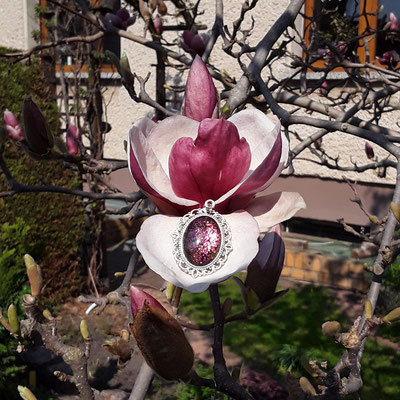 Lila glitzerner Anhänger in Magnolienblüte von Bloody Brilliants