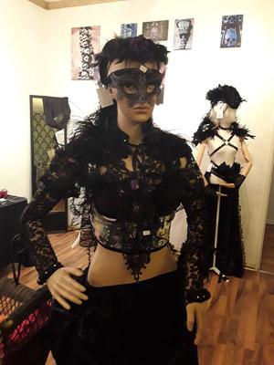 Gothic Designs mit Headpiece, Bolero, Maske und Collier von Bloody Brilliants und Nebula Berlin