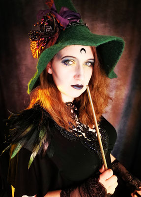 Scarajam Gothic Witch aus Hogwarts mit Zauberstab und Hexenhut, Collier Antik und Epauletten