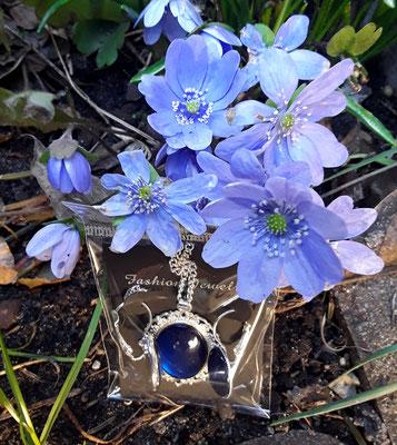 Blaue Blumen mit passendem Schmuck in Silber von Bloody Brilliants