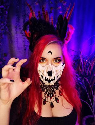 Demon Witch Ishisu_y mit Katzen Schädel Maske, Federkrone, Tropfencollier und Magic Markings Mond