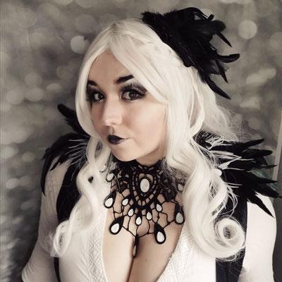 White Goth mit Collier und Epauletten in schwarz weiß, Foto/Edit/Model: Ishisu_y, Claudia die Designerin von Bloody Brilliants
