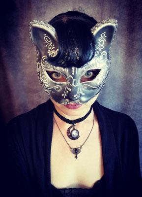 Gothicgirl mit Katzenmaske und Mondchoker in schwarz silber, Model: Maarianiedziela, Foto/Edit: Ishisu_y, Claudia die Designerin von Bloody Brilliants