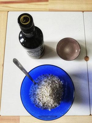 Die Zutaten werden einfach in einer Schüssel gut vermischt und dann in ein luftdicht verschließbares Gefäß gefüllt - nach einem Ruhetag entfaltet der Lavendel seine volle Wirkung. Mandel- oder Olivenöl dient der Hautpflege und als Trägeröl, das Backpulver